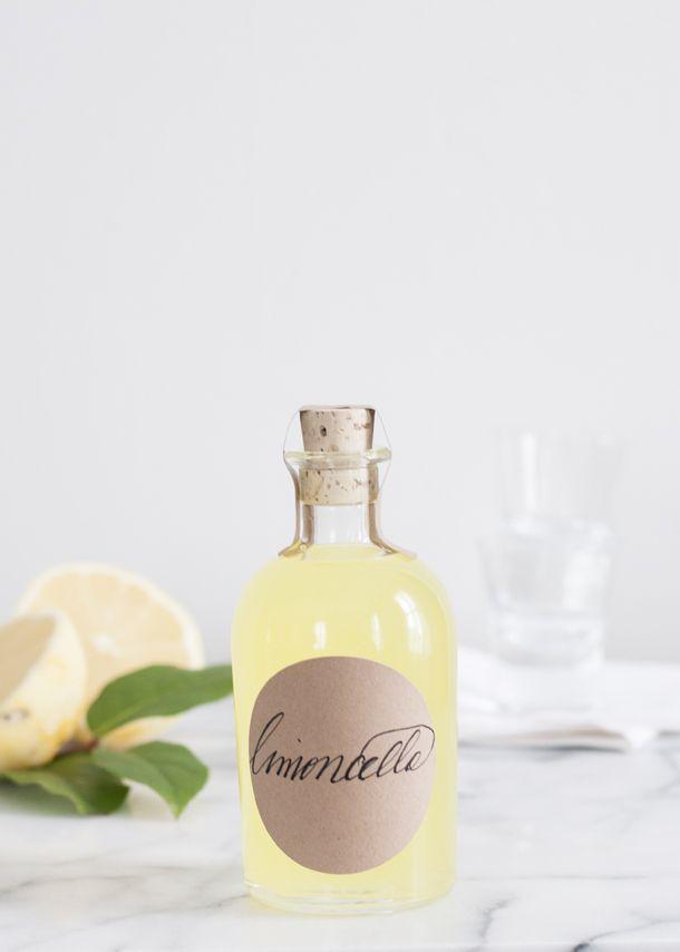 Leuk om achteraf mee te geven én makkelijker te maken dan je denkt: Via deze pin vind je een lekker recept voor zelfgemaakte limoncello.