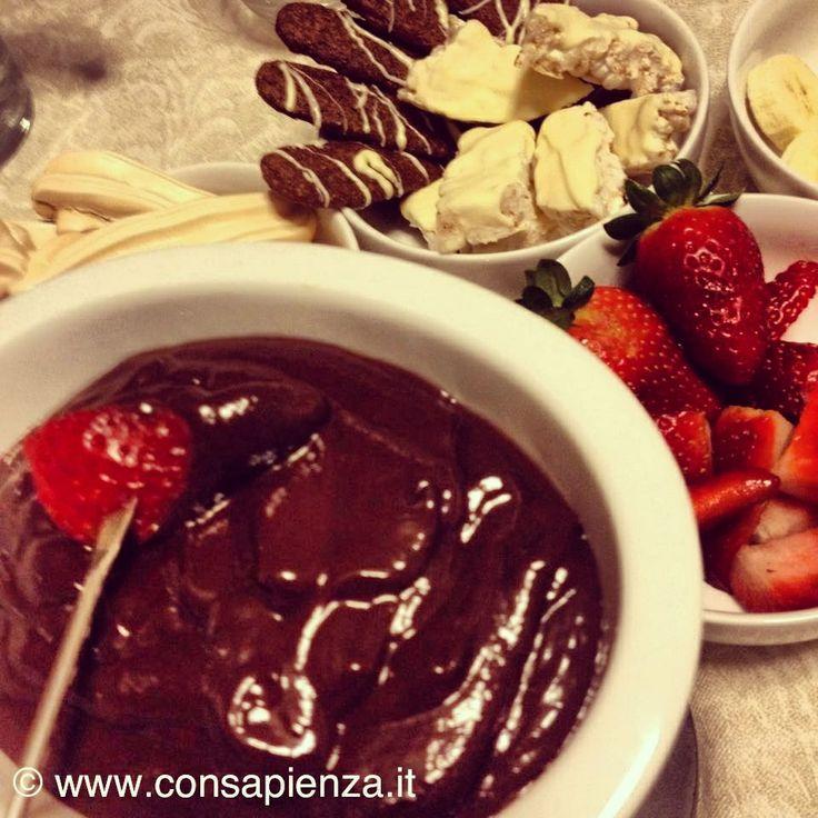 Fonduta di cioccolato con meringhe, bastoncini al cacao e nocciole, barrette di riso con cioccolato bianco, fragole e banane