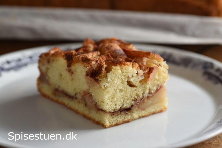 En helt enkelt kage, hvor jeg har brugt en pund-til-pund dej med vanilje, og så er der skønne Discovery æbler i og et drys kanelsukker. Jeg har nydt et lunt stykke med en kop kaffe til, og det err…