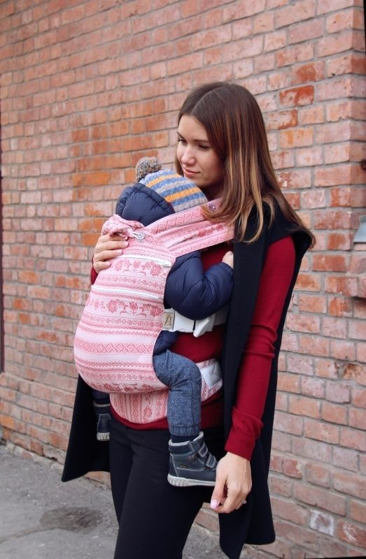 Babywearing mom in Karaush SSC with extandable back. SSC for toddler. Stylish look of babywearing mom.