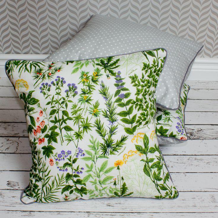 Komplet poduszek z motywem roślinnym w połączeniu z szarą bawełną w grochy. Od Urocze Dodatki.