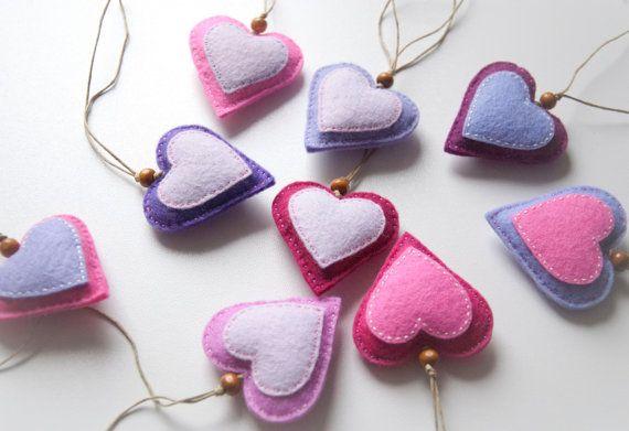 Er zijn 9 harten in deze aanbieding. Als een decoratief element het zal toevoegen een zachte en zoete touch naar elke kamer in uw huis - u kunt hangen in het venster op de muur... enz. Ik leg ze rond de band van mijn zakken, ik heb een op mijn sleutels en sommigen van hen rondom mijn huis of als een geschenk-tag kan worden gebruikt.  Harten zijn gemaakt van vilt, alle stukken zijn hand-aan elkaar genaaid en gevuld met poly-vulling.  -katoen koord is 14cm lang -hart is 5cm breed.  Als u in…
