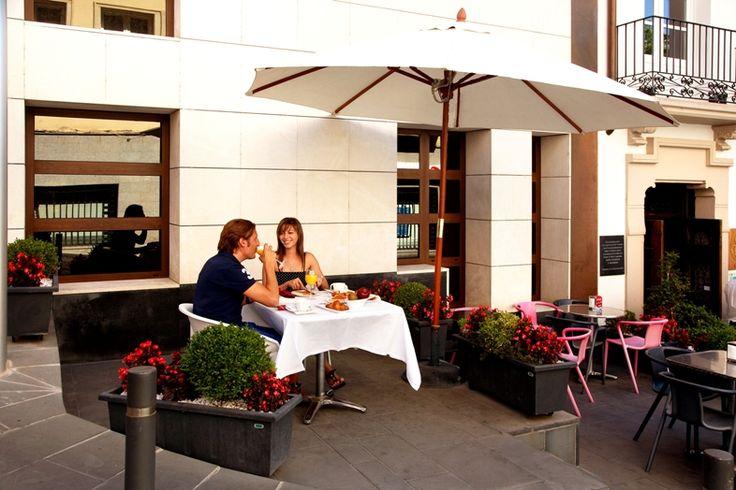 Opción de desayunar en Terraza. http://www.hotelsanramonsomontano.com/promociones/escapada-romantica-spa-huesca.html
