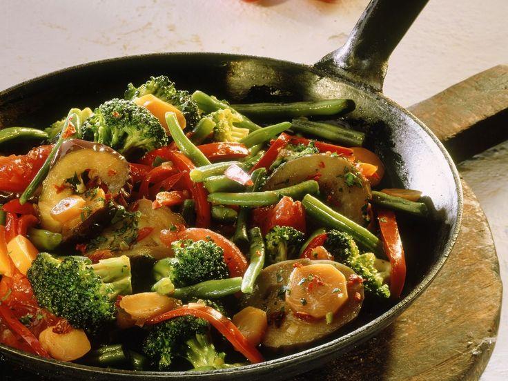 Gemüsepfanne mit Brokkoli und Auberginen - smarter - Kalorien: 153 Kcal - Zeit: 45 Min. | eatsmarter.de