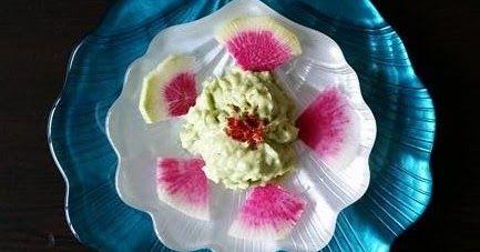 Malemeler:   1 olgunlaşmış avokado   Bir tatlı kaşığı zeytinyağı   2 diş sarımsak   Ceviz   1 yemek kaşığı süzmeyoğurt  Limon  Tuz ...