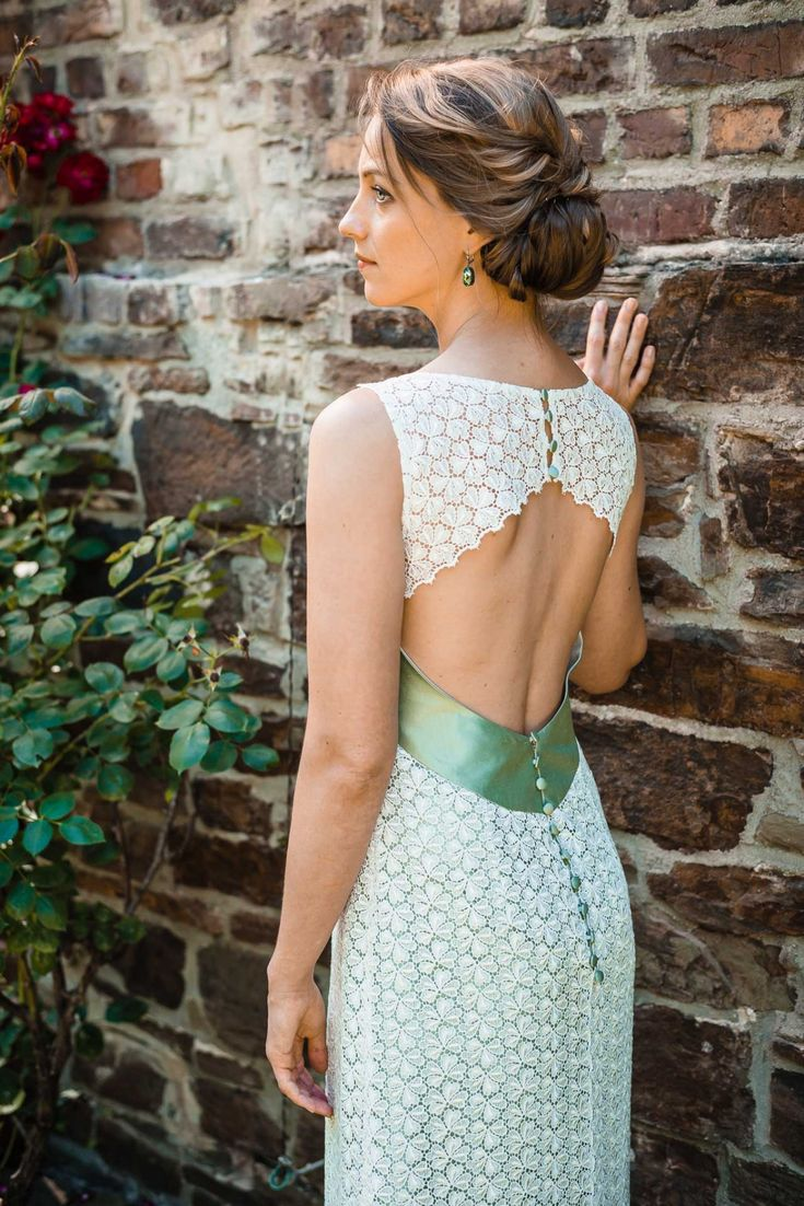 """Das außergewöhnliche Brautkleid """"Luna"""" besticht durch seine schilfgrüne Dupionseide und die edle Macramé-Spitze in Blütenoptik, by Claudia Heller Modedesign"""