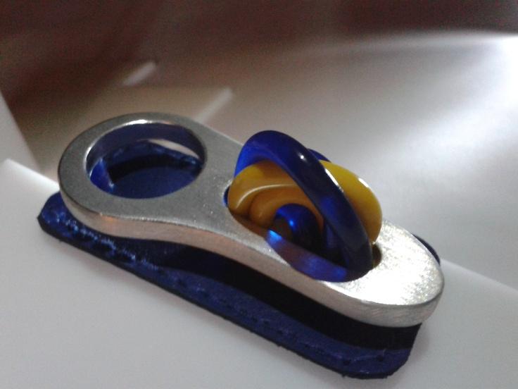 by MaGa, pin hecho de material reciclado, parte de una suspensión de bicicleta, hecho en la Universidad Creativa
