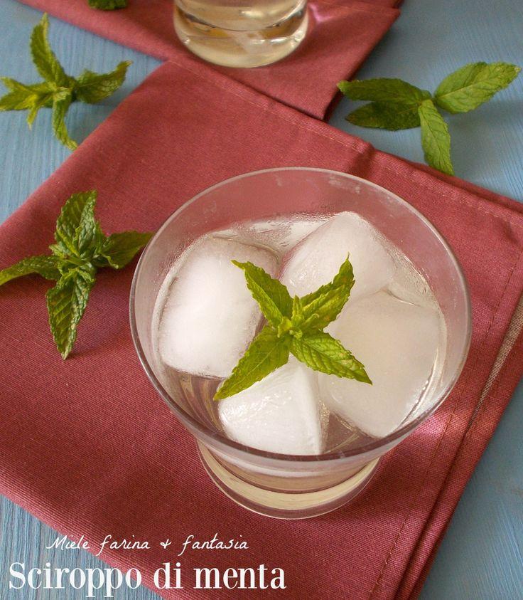 Sciroppo di menta fresca fatto in casa per preparare squisite e aromatiche bevande per rinfrescare le calde giornate estive. Facilissimo e veloce.