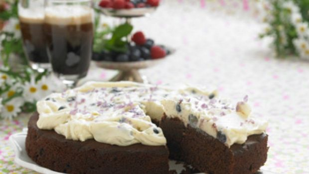 Chokoladekage med øl og blåbær | Familie Journal