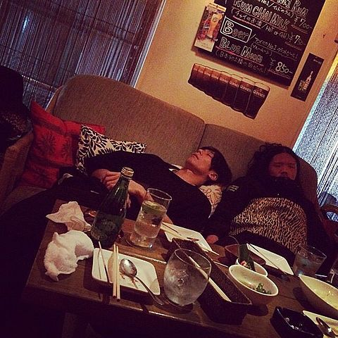 [Alexandros]川上洋平 ・庄村聡康2015/5/7 打ち上げで飲んでる。平和だなー。しかしこの人達早めに酔えて経済的だなー。おやすみ◎ ひろ