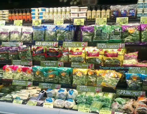 トレーダージョーズの店内 Trader Joe's Salad greens Section