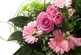 Vuoi recapitare un messaggio romantico? Bouquet con gerbere e rose rosa!