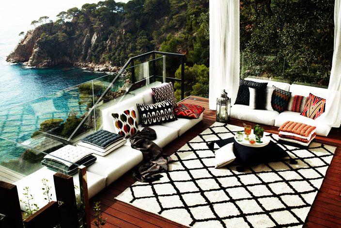 Black & white terrace. Pic by Pia Ulin.