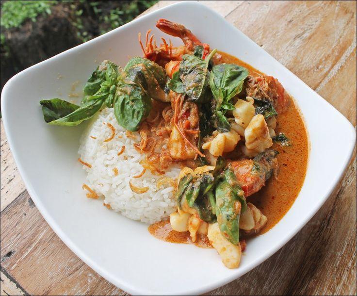 THAI SEAFOOD CURRY  Thai Prawn/Squids/Peanut Sauce & Basil Leaves