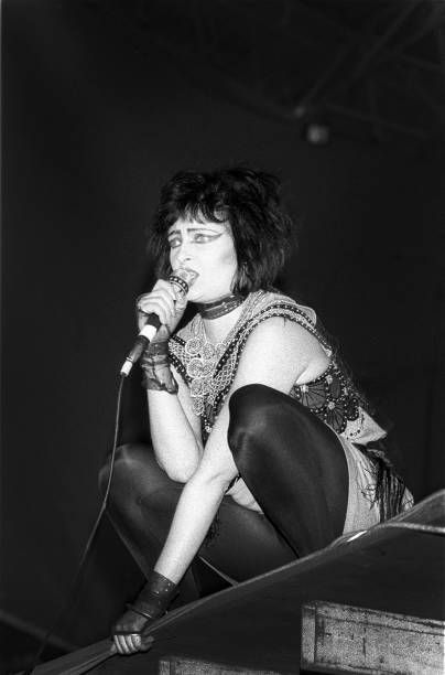 siouxsie-sioux-siouxsie-and-the-banshees-seaside-festival-de-panne-picture-id688552174 (404×612)