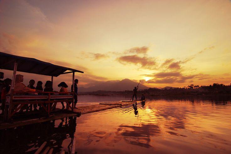 Berencana berkunjung ke Bandung saat liburan nanti? Maka Anda wajib melihat daftar tempat wisata menarik di Bandung yang patut dikunjungi berikut ini!