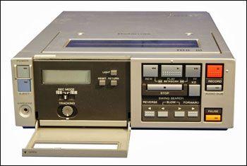 VHS or Beta? The argument for Betamax VCRs (1977) - www.remix-numerisation.fr - Rendez vos souvenirs durables ! - Sauvegarde - Transfert - Copie - Digitalisation - Restauration de bande magnétique Audio - MiniDisc - Cassette Audio et Cassette VHS - VHSC - SVHSC - Video8 - Hi8 - Digital8 - MiniDv - Laserdisc - Bobine fil d'acier - Micro-cassette - Digitalisation audio