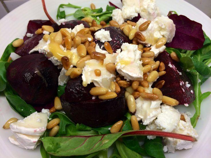 Veckans Recept: Ljumma rödbetor med chèvre, pinjenötter och honung  http://www.senses.se/veckans-recept-ljumma-rodbetor-med-chevre-pinjenotter-och-honung/