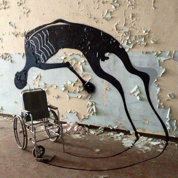 1000 Shadows de l'artiste de rue brésilien Herbert Baglione est un projet en cours réalisation, où il peint, dans des lieux abandonnés de grandes villes, des ombres étranges à vous faire frémir…  Les silhouettes sont apparues sur les murs, les planchers et les plafonds des pièces vides de ces maisons désertes de São Paulo, Paris… Le lieu le plus marquant est cet hôpital psychiatrique à Parme en italie, où Baglione ajoute ses figures fantomatiques au décor délabré.