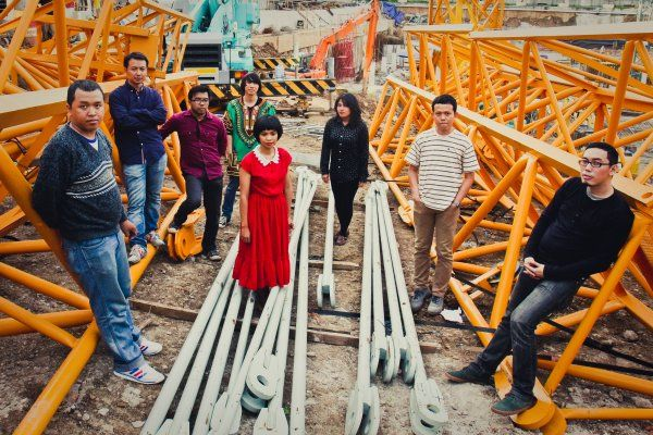 Pandai Besi is an eight-member Indonesian indie band. The band was formed to remake songs from Efek Rumah Kaca (ERK). Using crowd funding in 2013, the band released the reworked music. #PandaiBesi #Indonesia #SongoftheWeek For more info/listen: http://www.cseashawaii.org/2014/04/pandai-besi/ Photo credit: efekrumahkaca.net