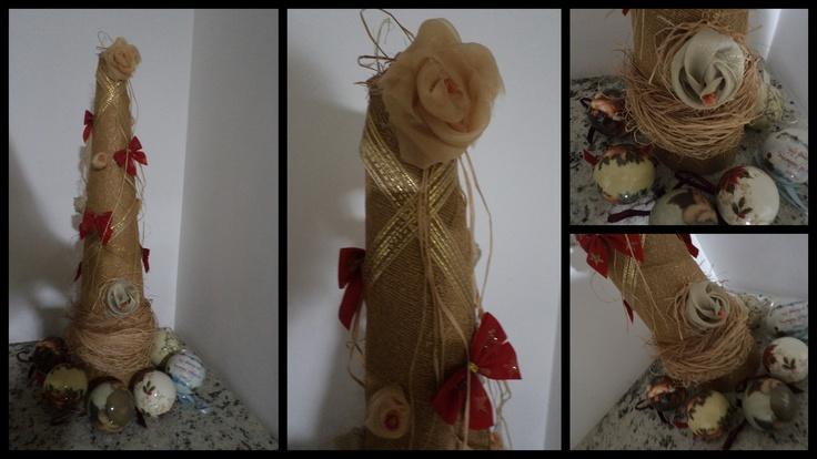 reunindo  retalhos e restos de material, cone de papel e o resultado: nossa arvore de natal! rustica e elegante. Gostei!