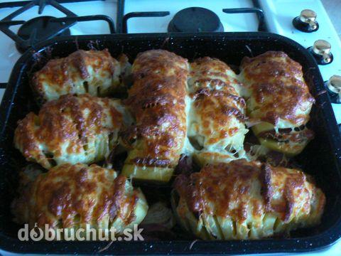 Fotorecept: Plnené pečené zemiaky -  Nakrájame si cibuľu, slaninu a klobásu..  Urobíme si zárezy do zemiakov..  Do zárezov dáme cibuľu,...