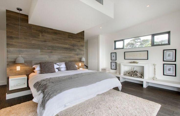 décoration de chambre avec ambiance zen, table de chevet et mur en bois