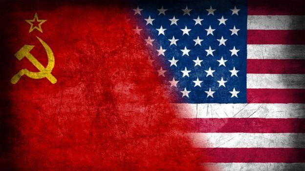 Banderas de la URSS y EE.UU.