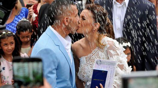 El divertido video de Carlos Tevez cantando en su boda                              Carlos Tevez se casó con su novia y madre de sus hijos, Vanesa Mansilla, sellando una historia de amor que lleva 19 año... http://sientemendoza.com/2016/12/23/el-divertido-video-de-carlos-tevez-cantando-en-su-boda/