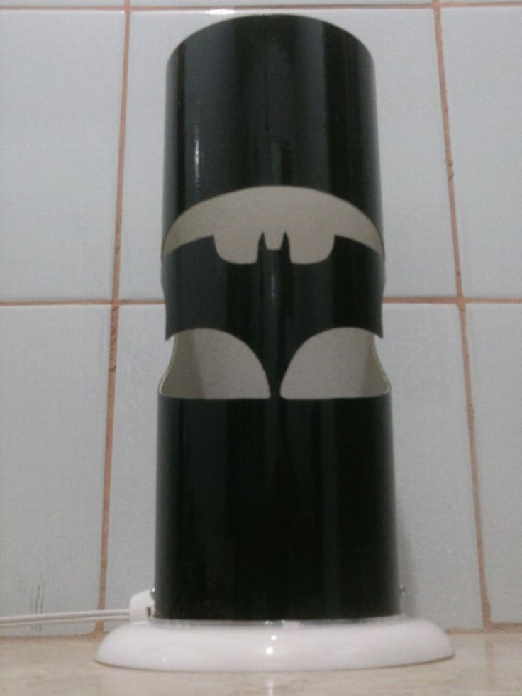Luminária em PVC com perfurações por broca manual - Tema: Emblema Estilizado do Batman - Personalizável (você pode colocar Nomes ou Pequenas Frases)    Medida:    Tipo do Material: Cano de PVC de 10 cm de diâmetro, com 31 cm de altura e base de 14 cm de diâmetro    Acabamento: Tinta especial para...