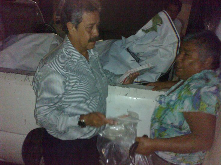 Fedecopo A. C. Patricio Sánchez Ocampo, Presidente de nuestra asociación, haciendo entrega de apoyos alimenticios y folletos del curso del Plan Familiar de Protección Civil, en la colonia los Pilares en Chipitlan