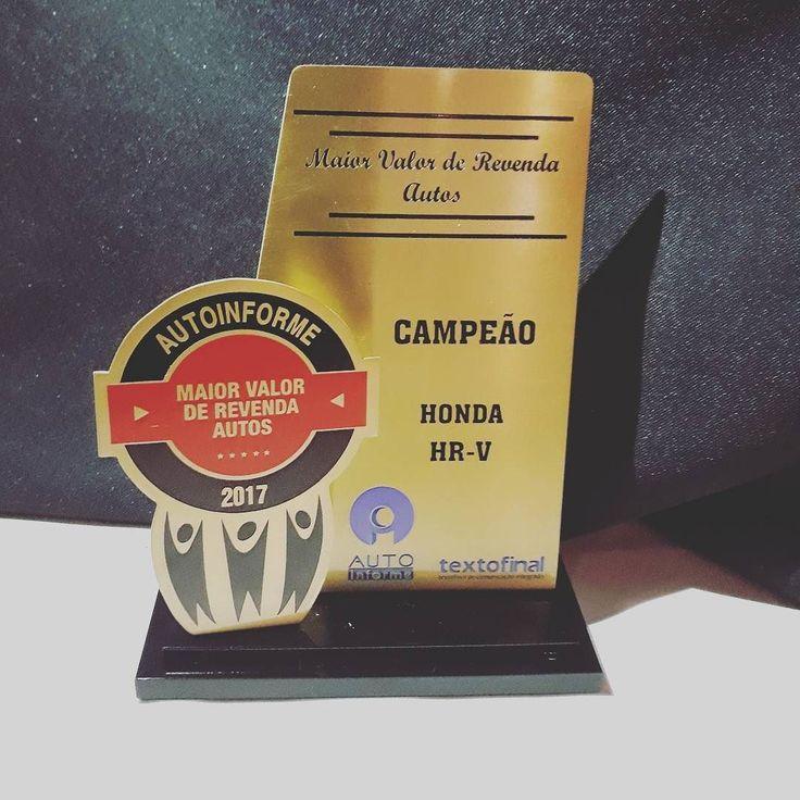 O troféu de campeão do #HondaHRV como carro com melhor valor de Revenda do Brasil prêmio cedido nesta sexta pela agência Autoinforme parceira de #UOLCarros. Quem tem um diga: é  valorizado assim mesmo?  #Honda #HRV #SUV #instacar #instacars #instacarro #instacarros #carro #carros #car #cars #coche #coches #uol