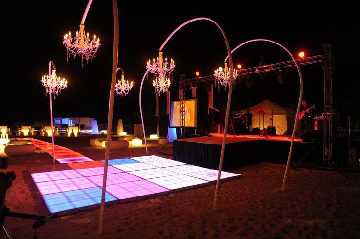 Pista LED de baile con candelabros.