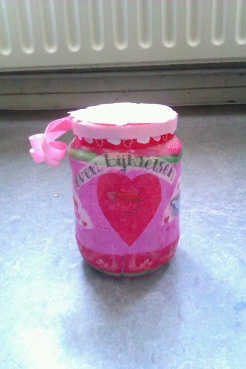 Leuk om te maken met kinderen, potje versierd met servetten. Deze is leuk om te vullen voor Valentijn.