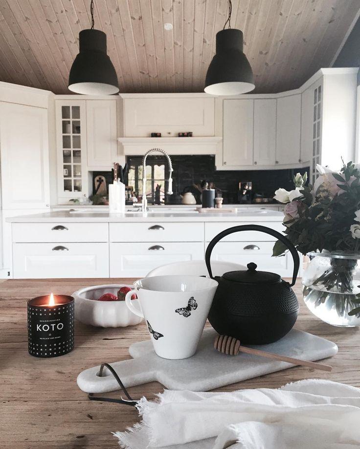 Białe szafki z czarnymi dodatkami w przestronnej kuchni