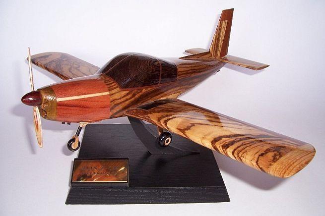 Model letadla ze dřeva ve vzletové poloze včetně stojánku s věnováním.  ZLIN Z-142