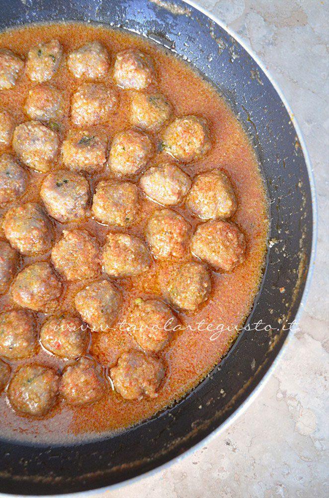 Polpette cotte nella salsa, Ricetta Polpette in umido di carne e salsiccia