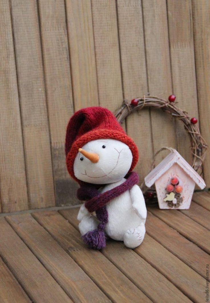 В преддверии Новогодних праздников, в канун чудес, в самые уютные недели года предлагаю вместе сшить Снеговичка. Морковный нос, плюшевая шубка цвета кофе с молоком, застенчивая улыбка — вот какой он получится, да не один, а с друзьями. Почему родственник Тедди? Потому что для его пошива будем использовать более доступные, чем мохер и вискоза, материалы, и на шплинтовом креплении будет только голова.