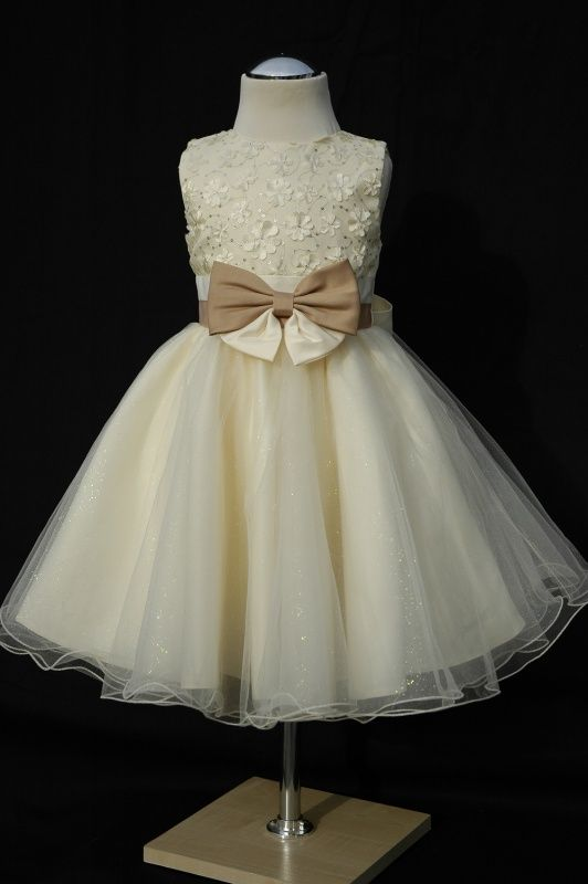 Hoe schattig is deze #flowergirl #kinderen #bridesmaids #bruidsmeisjes #kerst