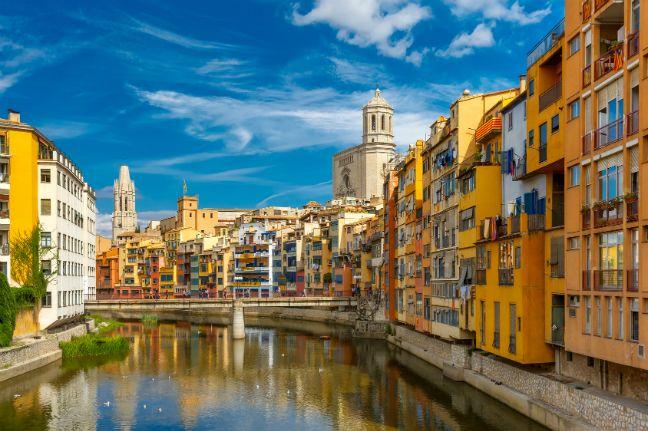 De kleurrijke huizen in Girona, een van de 7 tips voor een top vakantie aan de Costa Brava. Lees ze op het Vacansoleil Blog.