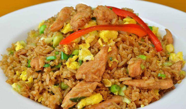 El Arroz Chaufa sin duda debe de ser uno de los platos más consumidos por los peruanos. Es el más conocido de la comida Chifa. ENTRA y aprende a prepararlo!