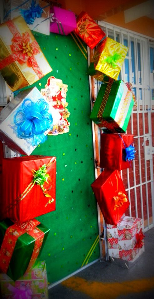 puerta decorada del mes de diciembre navidad regaitos