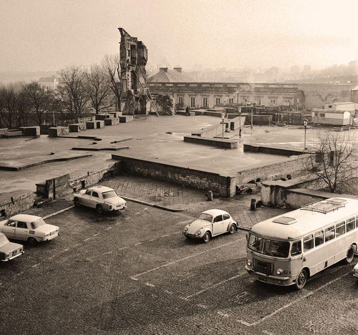 Ruiny Zamku Królewskiego. fot. 1970r., Jerzy Piasecki, źr. omni-bus.eu, zdjęcie jest własnością Narodowego Archiwum Cyfrowego.