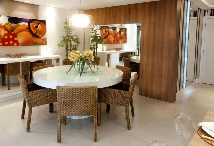Sala de jantar com mesa redonda e cadeira de Vime