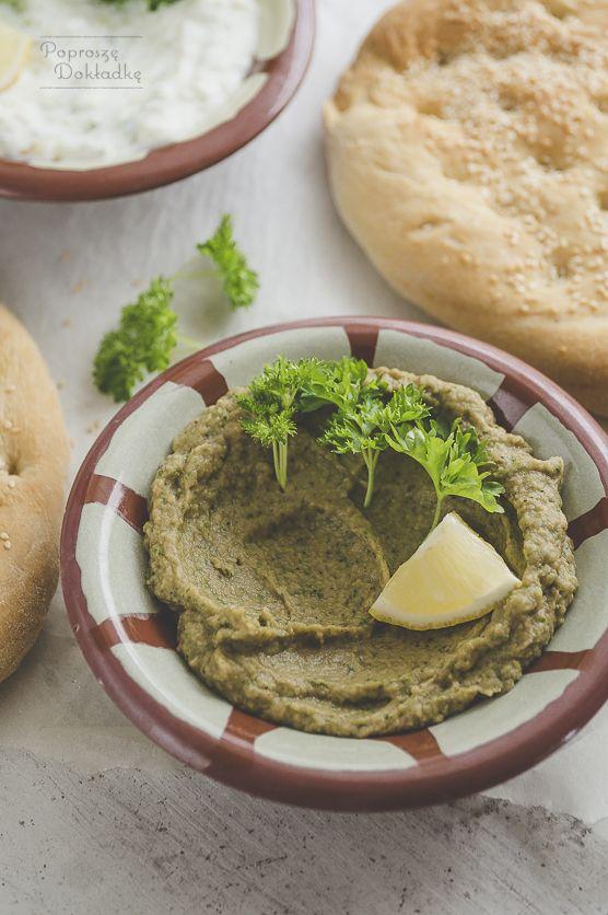 Aromatyczna i pełna smaku pasta z popularnego w Grecji bakłażana. Jedna z meze, czyli greckich przystawek, przekąsek, ale również stosowana jako dodatek do pieczywa czy do dań głównych. W lecie, gd…