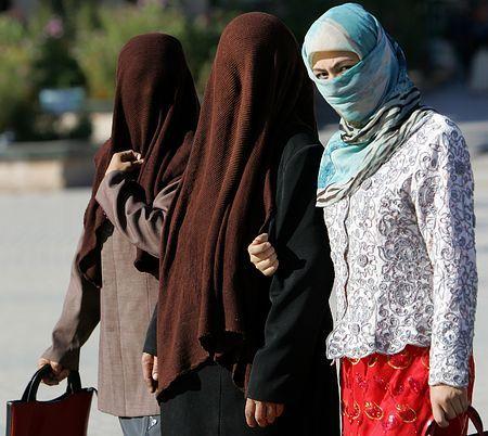 中国新疆ウイグル自治区で、全身を覆う衣装を着て歩くイスラム教徒=2006年10月、カシュガル(AFP=時事) ▼12Dec2014時事通信|顔覆う衣装禁止へ=イスラム教規制強化-中国ウルムチ http://www.jiji.com/jc/zc?k=201412/2014121200606