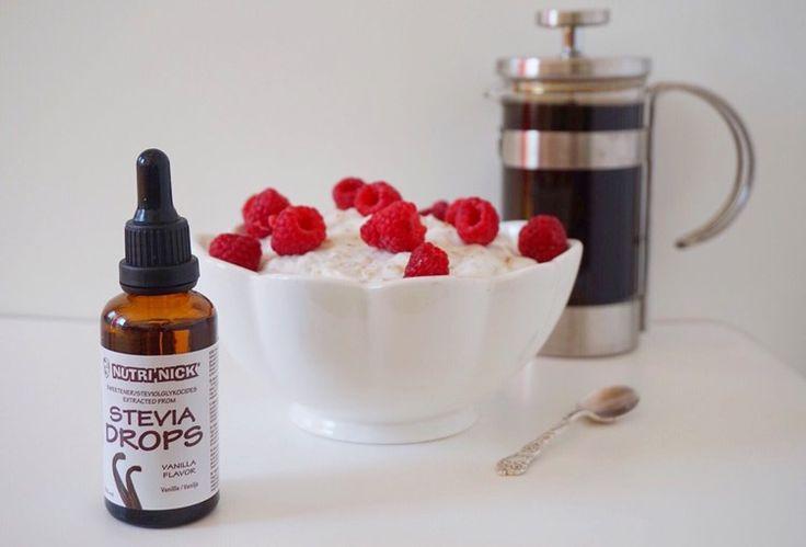 Hanna Fonseca: Vaniljfluff:    0,5 dl äggvita  150 g Lindahls vaniljkvarg  En nypa vaniljpulver  6 droppar vanilj stevia från Nutri-Nick   0,5 dl havregryn (går att utesluta)  Vispa först upp äggvitan till ett hårt skum och vänd sedan, alternativt vispa ned resterande ingredienser. Häll sedan ner fluffet i en skål och ställ in det i frysen i ca 30min. Att toppa det hela med färsk frukt, lite kanel och ringlad chokladsås från Walden Farm skadar inte heller. Så här har du ett recept på ett…