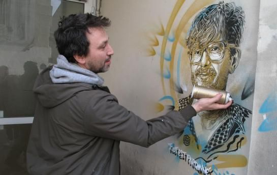 Rue Nicolas-Appert (XIe), samedi. Après Charb et Cabu, C215 a dessiné le portrait de Luz, qui a échappé à la tuerie du 7 janvier. « Ceux qui ont survécu sont encore très atteints, il faut aussi leur rendre hommage », estime le street-artiste.