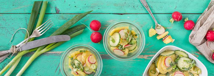 Veganer Kartoffelsalat mit Essig & Öl - das REWE-Rezept zeigt Ihnen eine neue Interpretation des Salat-Klassikers: Viel Geschmack auch ohne tierische Produkte »