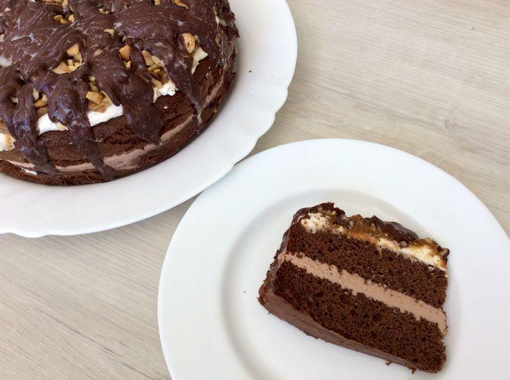 """Kakaový piškotový bezlepkový dort s arašídovým krémem, kokosovou """"šlehačkou"""", datlovým """"karamelem"""", praženými solenými arašídy a čokoládovou polevou"""